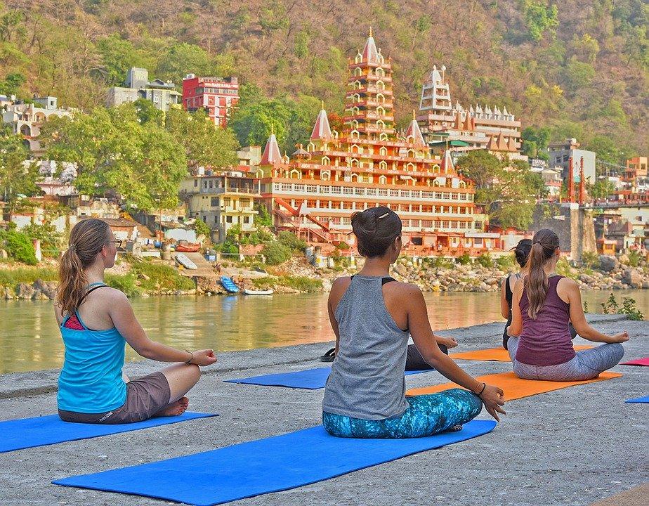 Pratiquer le yoga sur le Gange à Rishikesh